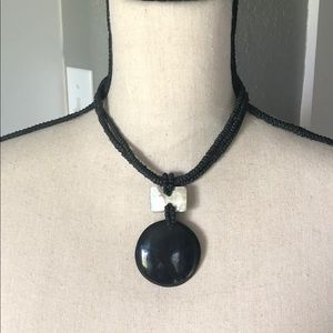 Black necklace with pearly accent